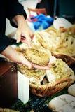 Sälja bröd på den traditionella europeiska marknaden Arkivbilder