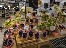 Sälja den japanska druvan på supermarket royaltyfri bild