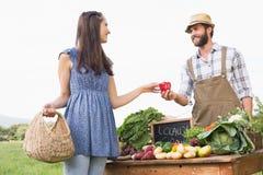 Sälja för bonde hans organiska jordbruksprodukter Royaltyfria Bilder
