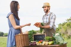 Sälja för bonde hans organiska jordbruksprodukter Royaltyfri Foto