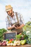 Sälja för bonde hans organiska jordbruksprodukter Arkivbild