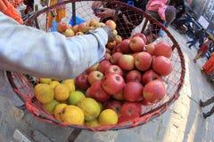 Sälja för nya frukter Arkivbilder