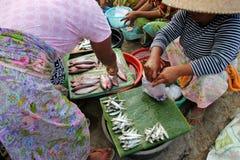 Sälja fisken på ett traditionellt marknadsföra i Lombok Arkivfoton