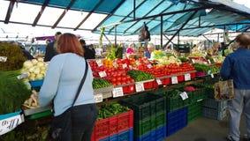 Sälja grönsaker i marknaden arkivbild