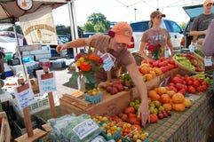 Sälja grönsaker på bondes marknad Arkivfoto