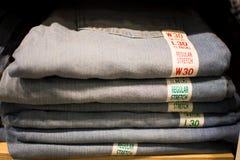 Sälja jeans Royaltyfria Bilder