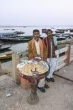 Sälja jordnötter på ghatsna Royaltyfri Bild