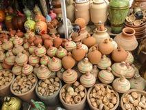 Sälja krukmakeri i UAE Arkivbilder