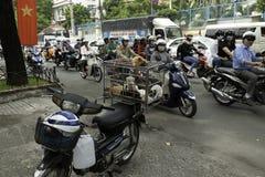 Sälja liten hundkapplöpning på den överlastade motorcykeln på gatan av Saigon Royaltyfri Bild