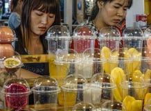 Sälja nya frukter på matmarknaden arkivfoton