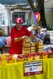 Sälja nya persikor Arkivfoto