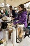 Sälja nytt kaffe på marknaden Arkivfoto