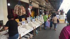 Sälja ris på marknaden i philippinesna stock video