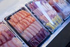 Sälja sashimien i marknad Arkivbild