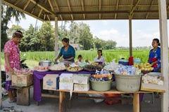 Sälja snabbmat i Bali Arkivfoto