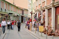 Sälja souvenir på gatorna av Istanbul Royaltyfri Fotografi
