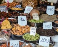 Sälja tokiga och torkade frukter på en basar i Indien Royaltyfri Bild