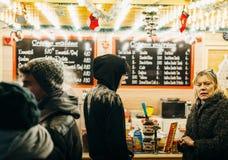 Sälja traditionella kräppar på jul marknadsföra i Frnace Arkivbilder