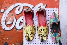 Sälja traditionella skor på gatan i Jaipur, Indien Royaltyfri Bild