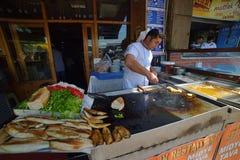 Säljare av fisksmörgåsar på Istanbul Arkivbild