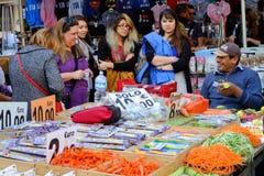 Säljare av frukter och grönsaker Fotografering för Bildbyråer