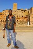 SÄLJARE AV HALSBAND OCH ARMBAND PÅ DET ROMERSKA FORUMET, ROME, ITALIEN royaltyfria foton