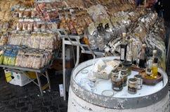 Säljare av italiensk pasta och såser Arkivfoto