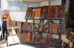 Säljare av woodcarved symboler i Ohrid, Makedonien Fotografering för Bildbyråer