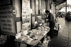 Säljare Bangkok Thailand för gatamatmarknad Arkivfoto