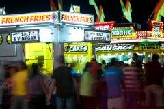 säljare för karnevalsnabbmatgoers går royaltyfri foto