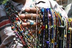 säljare Indien, asia, pryder med pärlor, färger, marknaden, smycken, loppet som är exotiskt, hand arkivfoton