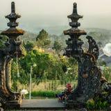 Säljare på den Pura Besakih templet Fotografering för Bildbyråer
