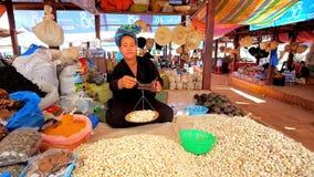 Säljare PA-nolla i den Kakku marknaden, Myanmar stock video