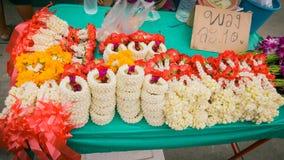 Säljare som säljer marknaden för thai stil för blommagirland den lokala Fotografering för Bildbyråer