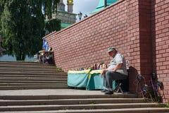 Säljaren av ryss som framme bygga bo dockor av den Sergiev Posad kloster Sergiev Posad, Ryssland Fotografering för Bildbyråer