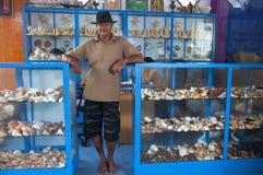 Säljaren av souvenir som göras från havet, beskjuter i Sri Lanka arkivfoton