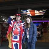 Säljaren bär likformign som symboliserar engelska som flaggan på ingången av shoppar kalla Britannia I bakgrund målade bilen i fä Arkivbilder