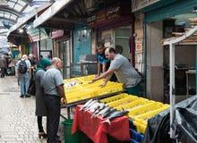 Säljaren erbjuder kunderna den nya fisken på marknaden i den gamla staden av tunnlandet i Israel Royaltyfri Fotografi