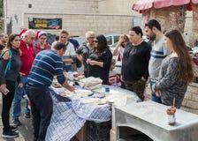 Säljaren förbereder nationell mat för turister i den östliga basaren i den gamla staden av Nazareth i Israel Arkivbild