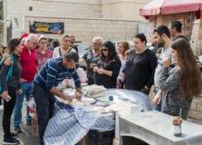 Säljaren förbereder nationell mat för turister i den östliga basaren i den gamla staden av Nazareth i Israel Royaltyfria Foton