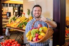 Säljaren föreslår för att köpa mogna frukter royaltyfria foton