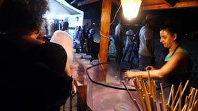 Säljaren gör sockervadden stock video