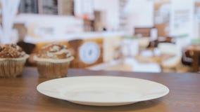 Säljaren ger muffin till besökaren, en närbild arkivfilmer