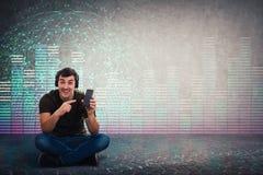 Säljaren rekommenderar att köpa den nya smartphonen för bra musik arkivbild