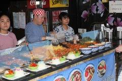 Säljaren säljer mat royaltyfria bilder