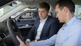 Säljaresammanträde inom bilen med köparen, ny showkundman stock video