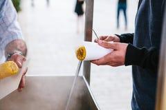 Säljaresjalhavre i papper för köpare affär isolerad liten white 3d Stall för försäljningen av lagad mat havre Arkivfoton