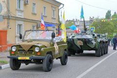 Sällsynt UAZ bil och BTR-80 APC på gatan Ryssland Arkivbild