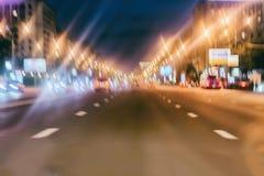 Sällsynta nattbilar Abstrakt suddig färgrik bakgrund av stads- gatanatttrafik med bokeh tänder, stadsgatan Royaltyfria Bilder