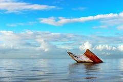 Sänd det rostiga landskapet för haveriet som sjunker in i havet Trinidad och Tobago Royaltyfria Bilder